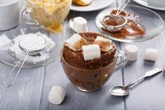 快的巧克力杯子蛋糕用蛋白软糖 库存图片