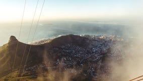 快的瞥见低谷在桌山,开普敦,南非的云彩 免版税库存照片