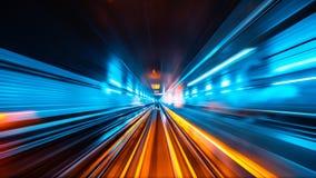 快速地移动隧道的火车 免版税库存照片