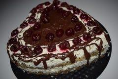 心脏形状蛋糕 鸦片与白色顶部和樱桃的奶油蛋糕在上面,法式蛋糕铺的产品摄影 巧克力,糖 库存照片