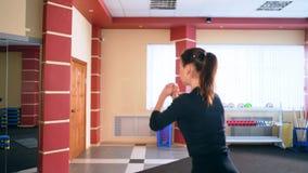 心脏训练 行使在健身房的年轻运动的妇女 使用步平台的锻炼 股票录像