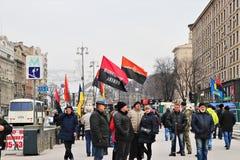基辅,乌克兰 乌克兰民族主义者在与UPA旗子的市中心展示 库存照片
