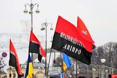 基辅,乌克兰 乌克兰民族主义者在与UPA旗子的市中心展示 免版税库存照片
