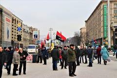 基辅,乌克兰 乌克兰民族主义者在与UPA旗子的市中心展示 免版税库存图片