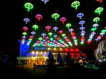 城市圣诞灯夜-奥托佩尼罗马尼亚 免版税库存图片