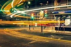城市街道在与轻的足迹的晚上 库存图片