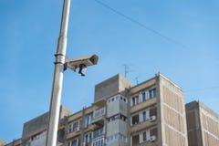 城市cctv安全在红绿灯杆附有的监视器系统有清楚的蓝天背景 库存图片