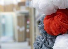 在不同颜色的洗碗布在商店柜台 免版税库存照片