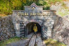 在一个开采的壁炉台打扮的女孩,与盔甲和灯笼步行入矿井Bartolomej 库存图片