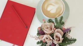 在一个杯子的热奶咖啡有在crema的心脏的 股票视频