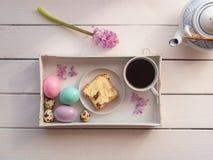 在一个服务的盘子的复活节早午餐,顶视图 库存图片
