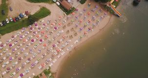 在一个明亮的海滩的飞行与色的平房 股票视频