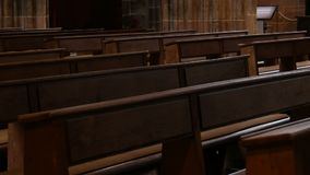 在一个空的天主教会里面 教徒的木座位 股票视频