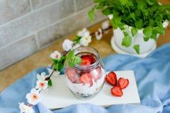 在一个瓶子的五颜六色的水果沙拉在白色和蓝色土气木背景 顶视图 在瓶子的草莓奶昔 免版税库存照片