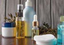 在一个瓶的天然化妆品精油有吸移管的 库存图片
