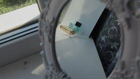 在一个轻的白色窗口的香水 影视素材