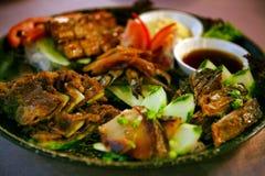 在一块板材的鱼盛肉盘有菜的在中国料理店,广州 库存照片