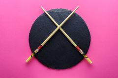 在一块空的板岩板材的中国筷子 库存照片