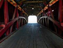 在一座被遮盖的桥里面 免版税库存图片