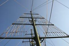 在一条游艇的帆柱有反对一晴朗的天空蔚蓝的很多绳索的在一个夏日 免版税库存图片