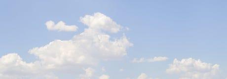 在一清楚的天空蔚蓝的Cloudscape 免版税库存图片