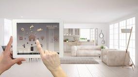 在一种数字式片剂的聪明的遥远的家庭控制系统 有app象的设备 有沙发和厨房的现代斯堪的纳维亚客厅 免版税库存照片