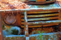 在一辆被放弃的卡车的土气蓝色金属 库存照片