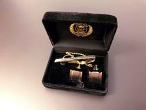 在一黑匣子的典雅的男性银色链扣在灰色背景 免版税库存照片