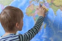 在世界地图的美好的孩子措施距离 图库摄影