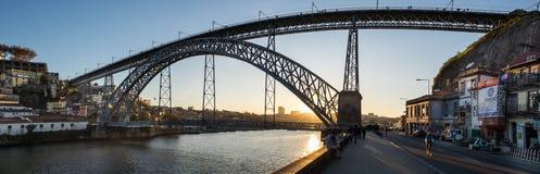在令人惊讶的日落的大全景在Dom路易斯一世桥梁,波尔图 葡萄牙 图库摄影