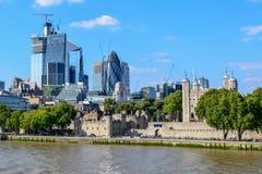 在从伦敦塔桥观看的伦敦都市风景的现代和老大厦 库存照片