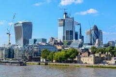 在从伦敦塔桥观看的伦敦都市风景的现代和老大厦 免版税库存照片