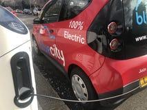 在伦敦街道充电的bluecity电车  免版税库存照片