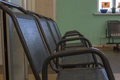 在休息室倒空一把椅子 免版税库存照片