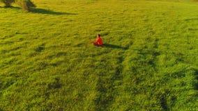 在体育瑜伽人的低空辐形飞行完善的绿草的 在山的日落 股票视频
