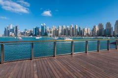 在俯视海湾和卓美亚奢华酒店集团海滩住所的Bluewaters海岛上的新的木板走道 库存图片