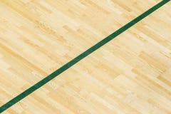 在健身房地板上的绿线为分配体育法院 羽毛球、Futsal、排球和篮球场 免版税库存图片
