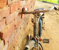 在印度的街道的老印度自行车 免版税库存照片