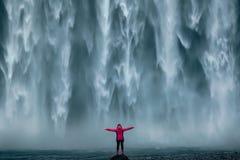 在南部冰岛的著名强有力的Skogafoss瀑布 库存照片