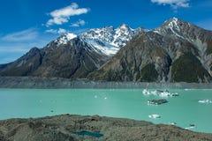 在塔斯曼Glacier湖的大浮动冰山在Aoraki库克山国家公园,新西兰的南岛 库存图片