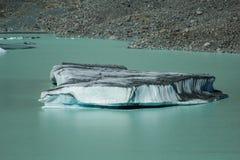 在塔斯曼Glacier湖的大浮动冰山在Aoraki库克山国家公园,新西兰的南岛 免版税库存图片