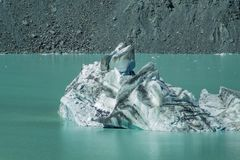 在塔斯曼Glacier湖的大浮动冰山在Aoraki库克山国家公园,新西兰的南岛 免版税库存照片
