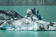 在塔斯曼Glacier湖的大浮动冰山在Aoraki库克山国家公园,新西兰的南岛 库存照片