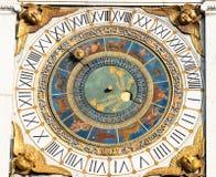 在塔的中世纪时钟在布雷西亚市 库存照片