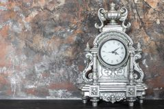 在壁炉架的葡萄酒银色时钟在内部 免版税库存照片