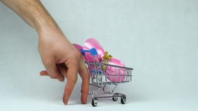 在复活或基督徒宴餐期间,象人的腿的手指星期天滚动一玩具手推车用被包裹的复活节彩蛋 影视素材