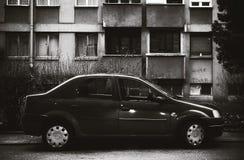 在大厦前面的停放的汽车 免版税库存照片