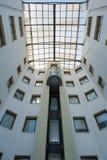 在大厦的街道电梯在上面上升,围拢由窗口 免版税库存图片