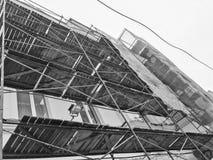 在大厦的门面的修理工作在木脚手架,结构,老房子的恢复帮助下的 库存图片