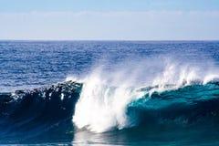 在大西洋的伟大的碰撞的波浪 库存图片